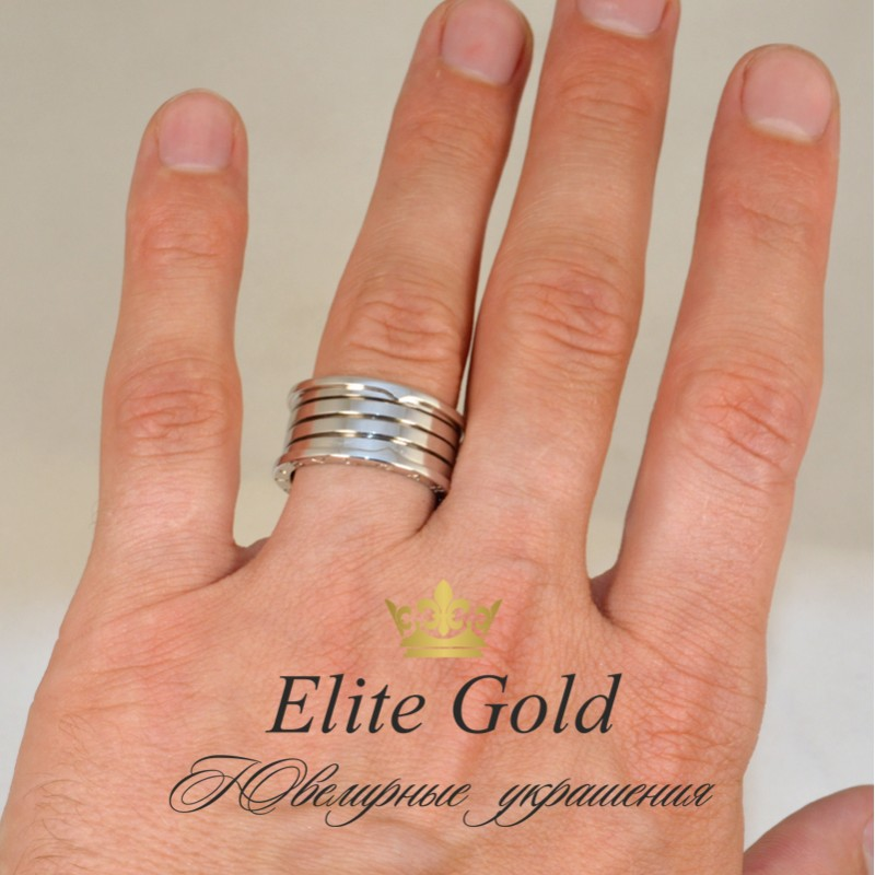 кольцо на пальце в форме кольца булгари