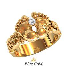 золотое кольцо в виде пяточек с белым камнем
