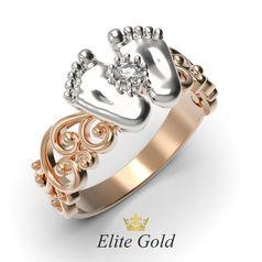 кольцо в виде пяточек с белым камнем в центре