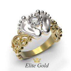 кольцо в виде пяточек в лимонном и белом золоте