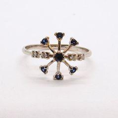 кольцо в виде снежинки в белом золоте