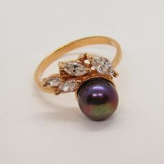 кольцо с жемчугом темного цвета