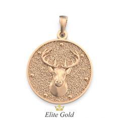 золотой кулон с реалистичным изображением оленя