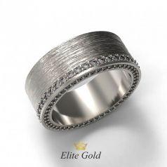 Золотое рельефное кольцо с дорожкой камней