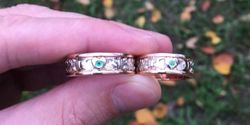 парные обручальные кольца с цветными камнями