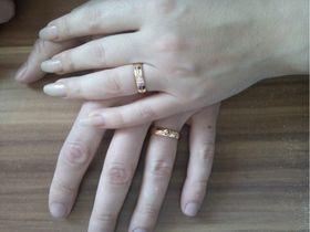 обручальные кольца с гравировкой сердце авторские в красном золоте на руке