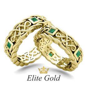 ажурные обручальные кольца в лимонном золоте с зелеными камнями