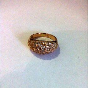 широкое кольцо с маленькими камнями в красном золоте