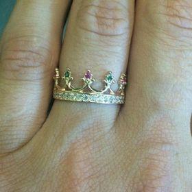 кольцо корона с камнями в коронках и по ободку на пальце вблизи
