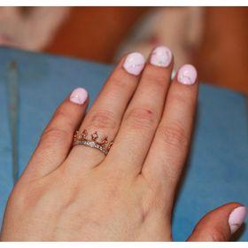 кольцо корона с камнями в коронках и по ободку на пальце