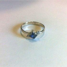 недорогое колечко для помолвки с камнями из белого золота