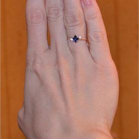 недорогое колечко для помолвки с камнями на пальце
