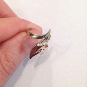 кольцо зигзаг с камнями
