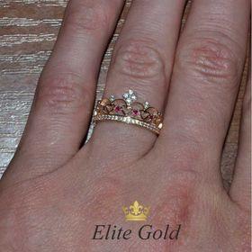 кольцо корона с камнями на пальце