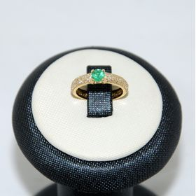 дизайнерское кольцо с камнями по кругу и центральным лимонное золото с изумрудом