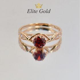 женское кольцо с камнями с гранатом в красном золоте
