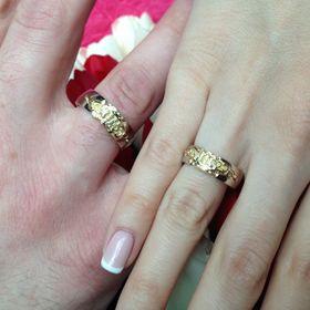 обручальные кольца корона с узорами на руке