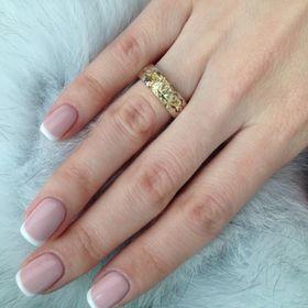 обручальные кольца корона с узорами на пальце