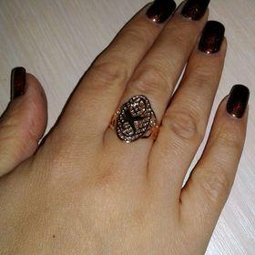 женское кольцо с аистами на пальце