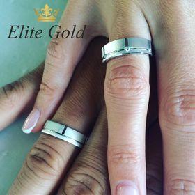 обручальные матовые кольца с камнями на руке