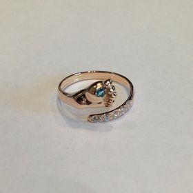 кольцо в виде детской ножки с голубым камнем
