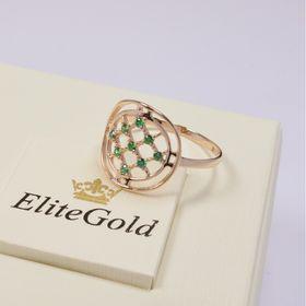 кольцо в сеточку с зелеными камнями на коробке