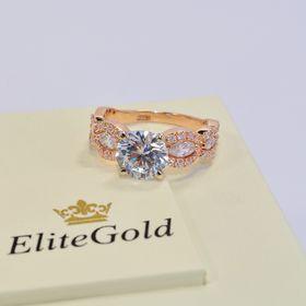 женское кольцо с камнями в красном золоте и белые камни
