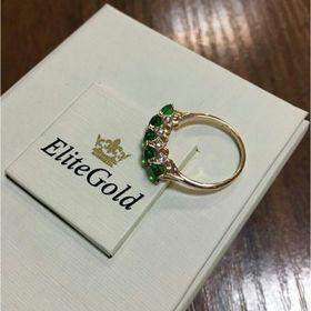 женское кольцо в белом золоте с зелеными камнями