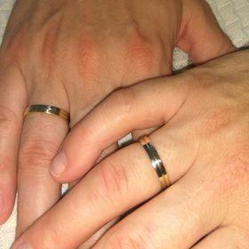 обручальные кольца из двух частей белое и лимонное золото на пальцах