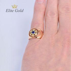 мужская печатка с одним камнем в красном золоте и синим камнем на пальце