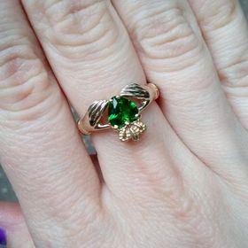 ирландское кольцо с зеленым фианитом на пальце