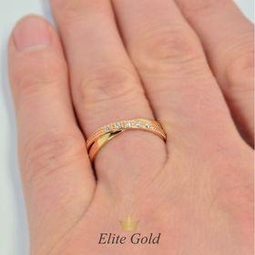двойные обручальные кольца в красном и лимонном золоте с белыми камнями на пальце
