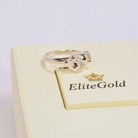 кольцо в виде детских пяточек в белом золоте с белым камнем