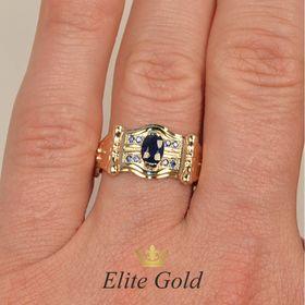 кольцо с синими камнями на пальце в красном и белом золоте