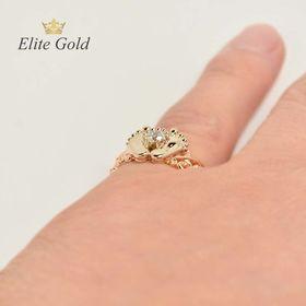 кольцо в виде пяточек на пальце