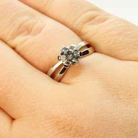 кольцо на пальце с бриллиантом