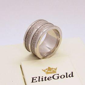 широкое рельефное обручальное кольцо в белом золоте