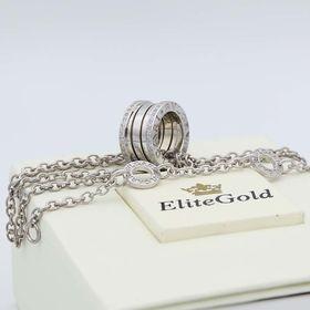 подвеска с камнями в белом золоте с камнями по краям и цепочкой