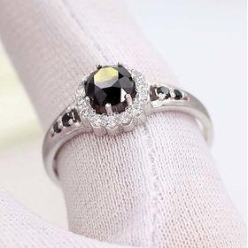 кольцо Milena в белом золоте с черным камнем по центру