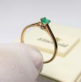 кольцо Charlotte с изумрудом в лимонном золоте