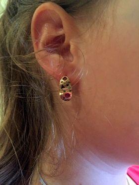 серьги бочонки с камнями на ухе