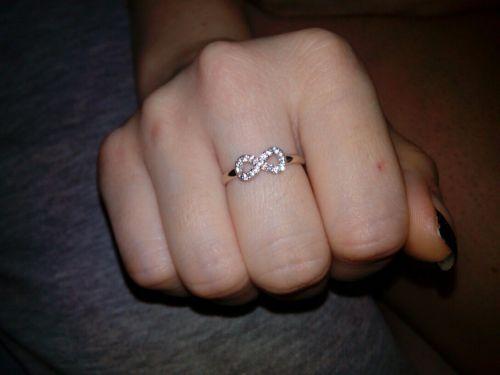 кольцо бесконечность на пальце