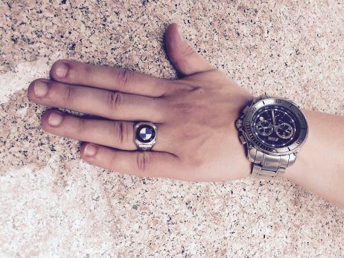 кольцо bmw x5 с эмалью и камнями  в белом золоте на руке