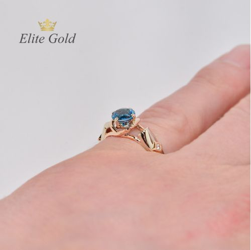 Кольцо Siren с топазом London Blue на руке