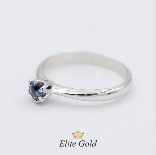 Авторское кольцо для помолвки Cordelia в белом золоте с сапфиром