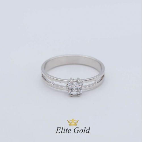 Женское кольцо классическое с квадратным камнем
