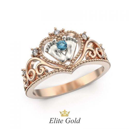 кольцо в виде короны с сердцем и пяточками в красном и белом золоте