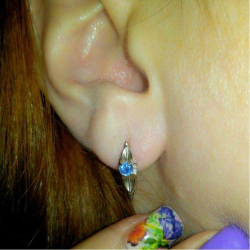 женские серьги на ухе
