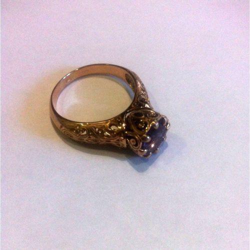 массивное женское кольцо с узорами и камнем