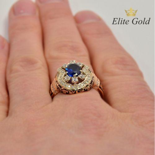 перстень в стиле бохо с камнем и эмалью на пальце